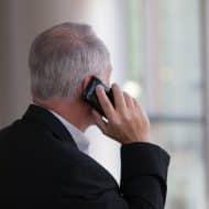 Un homme passant un appel téléphonique.