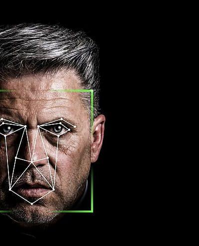 Un homme est identifié avec la reconnaissance faciale.