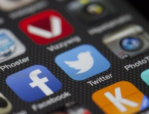 Les applications Facebook et Twitter s'affichent sur un smartphone