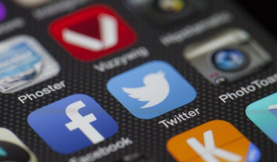 Les applications Facebook et Twitter s'affichent sur un smartphone