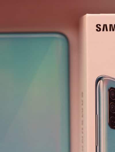Un smartphone Samsung et son boîtier.
