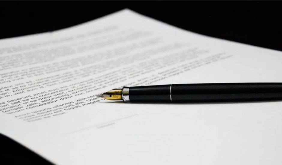 un document à signer avec un stylo à plume