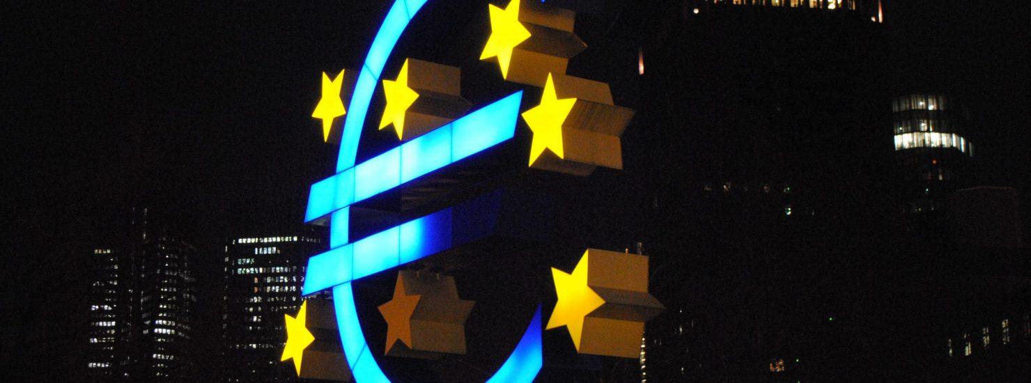 Le logo de l'euro entouré des étoiles de l'Europe