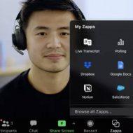 Un homme en visioconférence utilise l'outil Zapps de Zoom.