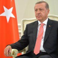 Le président de la Turquie recep tayyip erdoğan devant le drapeau du pays