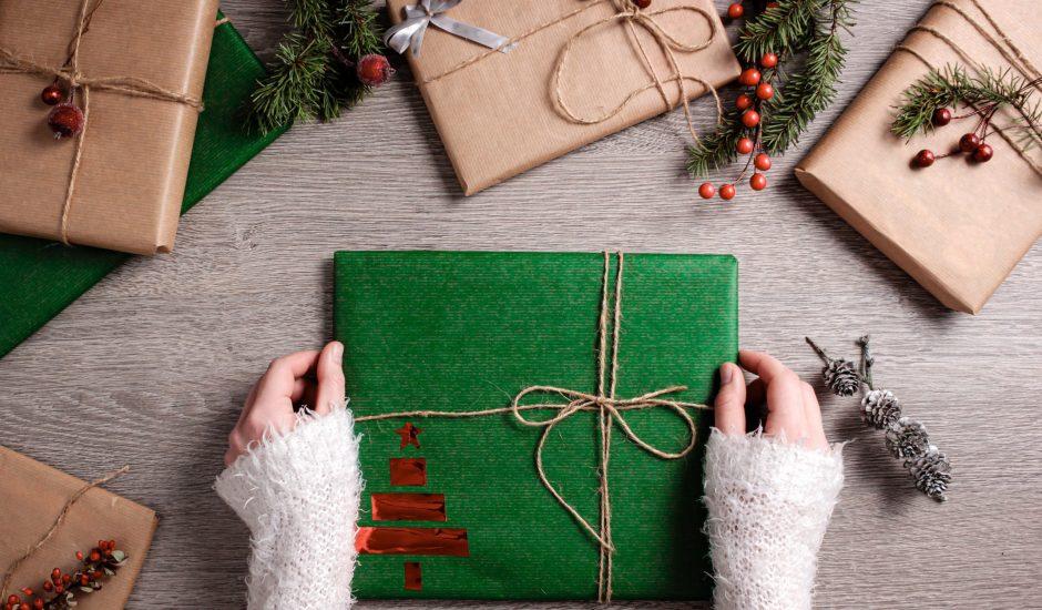 Une femme emballe un cadeau de Noël.
