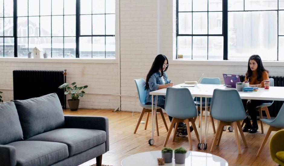 deux employées dans un open space