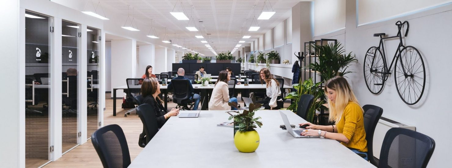 un bureau ouvert et moderne