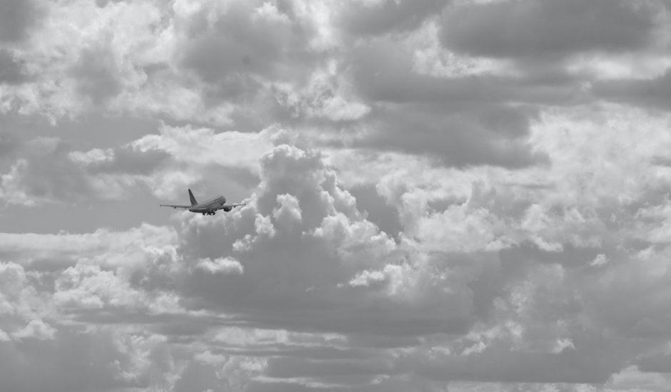 Un avion décollant de l'Aéroport de Paris-Charles de Gaulle