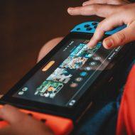 Un enfant joue à la Nintendo Switch.