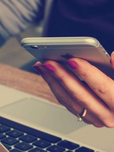 Une femme tenant un iPhone