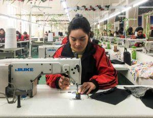 Une femme ouighour travaillant dans une usines en chine
