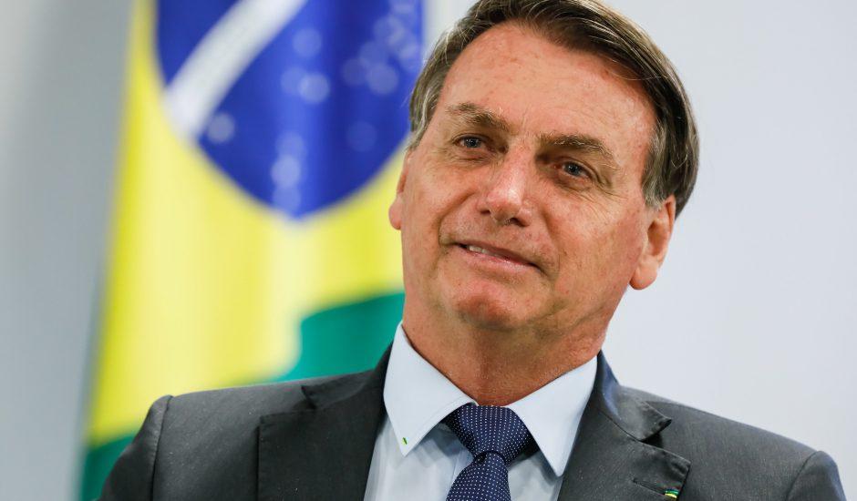 Jair Bolsonaro devant le drapeau du Brésil