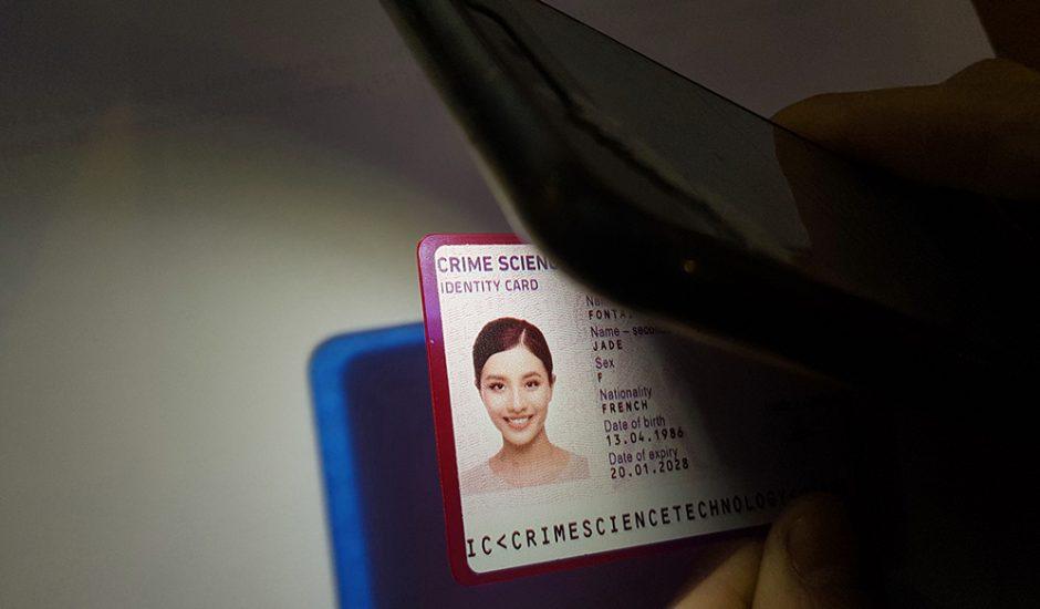 Exemple d'une carte d'identité qui change de couleur en fonction de la luminosité afin de permettre son authentification.