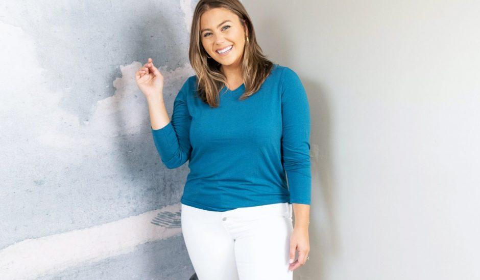 Une femme portant un t-shirt Amazon sur-mesure.