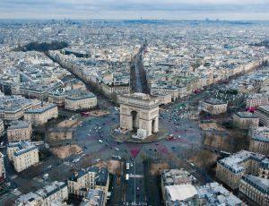 Vue de droit de la place de l'Étoile à Paris, France.