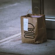 sac de livraison posé sur un trottoir
