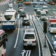 Des voitures roulant sur une route au Japon.