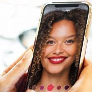 Une personne essaye du maquillage en réalité augmentée.