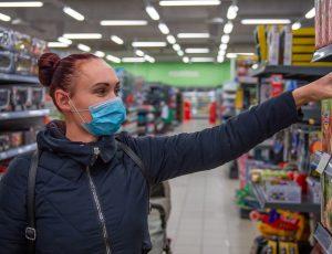 Une femme faisant ses courses dans un supermarché.