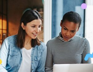 Deux femmes devant un écran