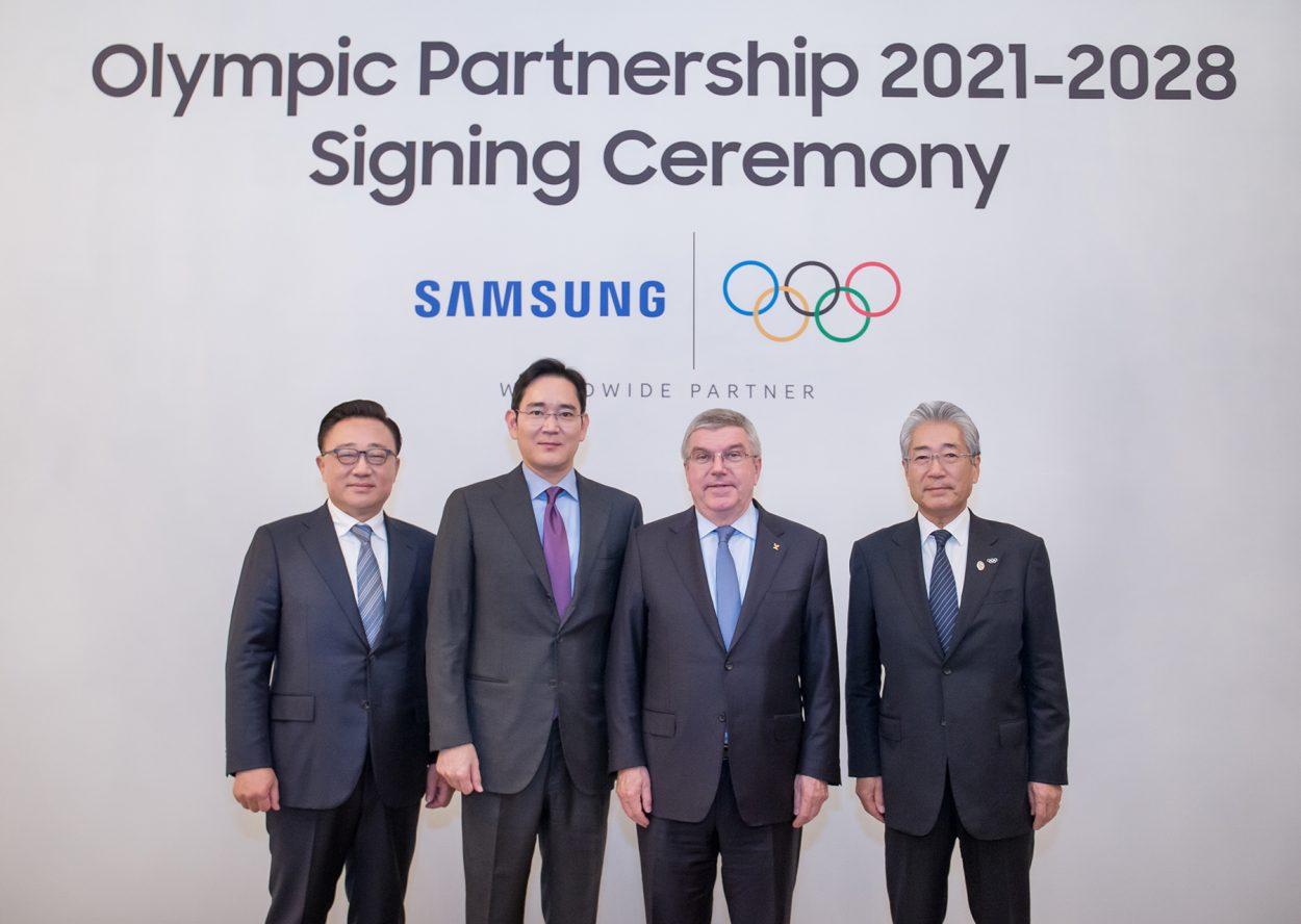 Dong Jin Koh, président et directeur général de la division IT&Mobile Communications chez Samsung Electronics ; Jay Y. Lee, vice-président chez Samsung Electronics ; Thomas Bach, président du CIO ; Tsunekazu Takeda, président de la commission marketing du CIO