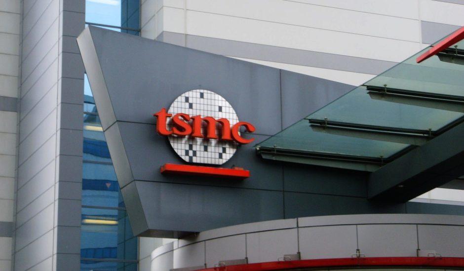 logo de l'entreprise TSMC sur un bâtiment
