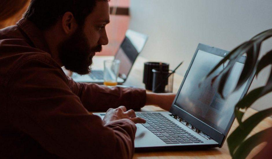 Un travailleur devant son ordinateur portable