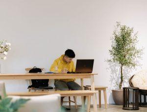 un homme devant son écran dans ce qui semble être un open space