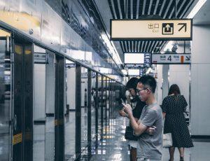 Des usagers attendant le métro à ChongQing en Chine