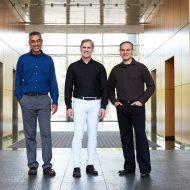 De gauche à droite, de la même entreprise : John Bruno, vice-président de l'ingénierie système de Nuvia, Gerard Williams PDG, et Manu Gulati vice-président de l'ingénierie matérielle