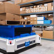 Le robot PalletTransport1500 dans un entrepôt.