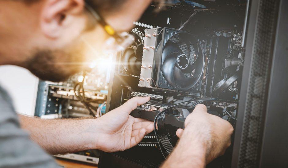 Réparation d'un ordinateur.