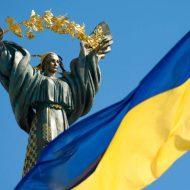 drapeau de l'Ukraine avec en arrière plan une statut