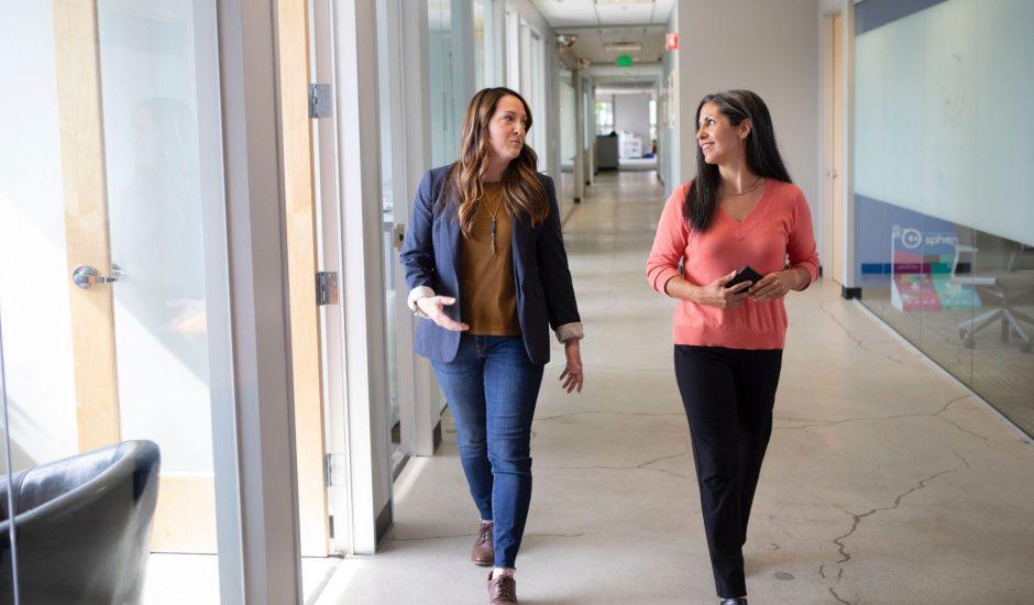 deux femmes marchants dans des bureaux