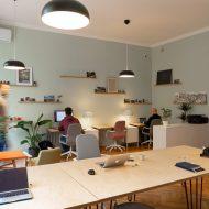 un open space avec trois employés