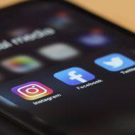 Un smartphone affiche les icônes de réseaux sociaux.