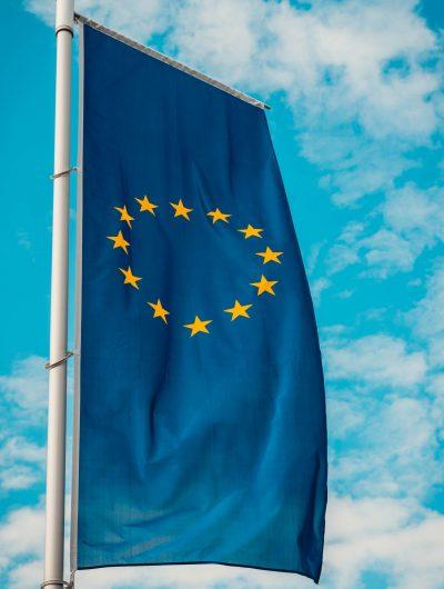 le drapeau européen flottant dans l'air