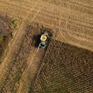 Aperçu d'un tracteur dans un champ.