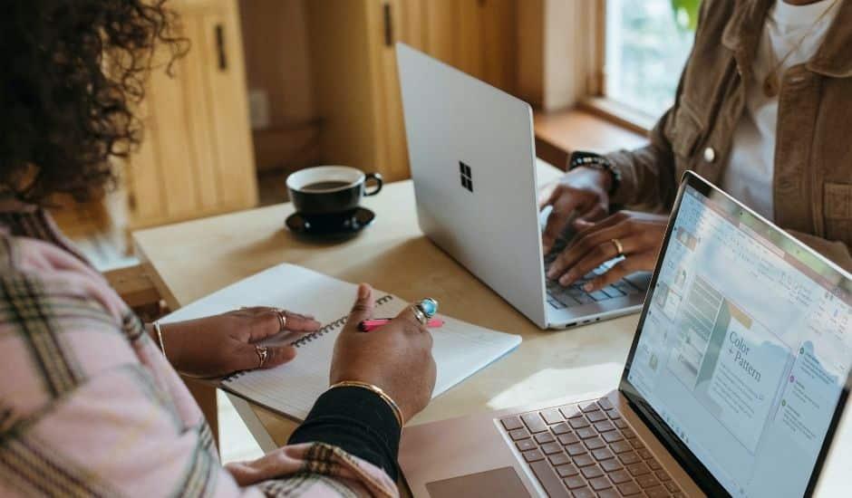 deux personne travaillant sur leurs ordinateurs