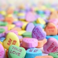 Des bonbons multicolores en forme de coeur