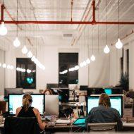 un open office avec de nombreux employés