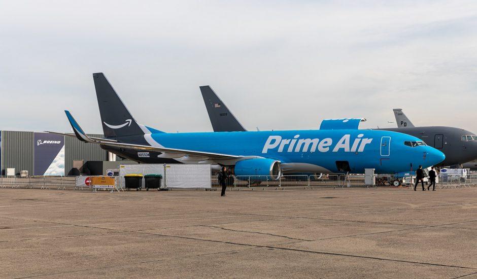 Un avion d'Amazon Air posé au sol.