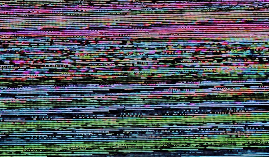 un écran glitché