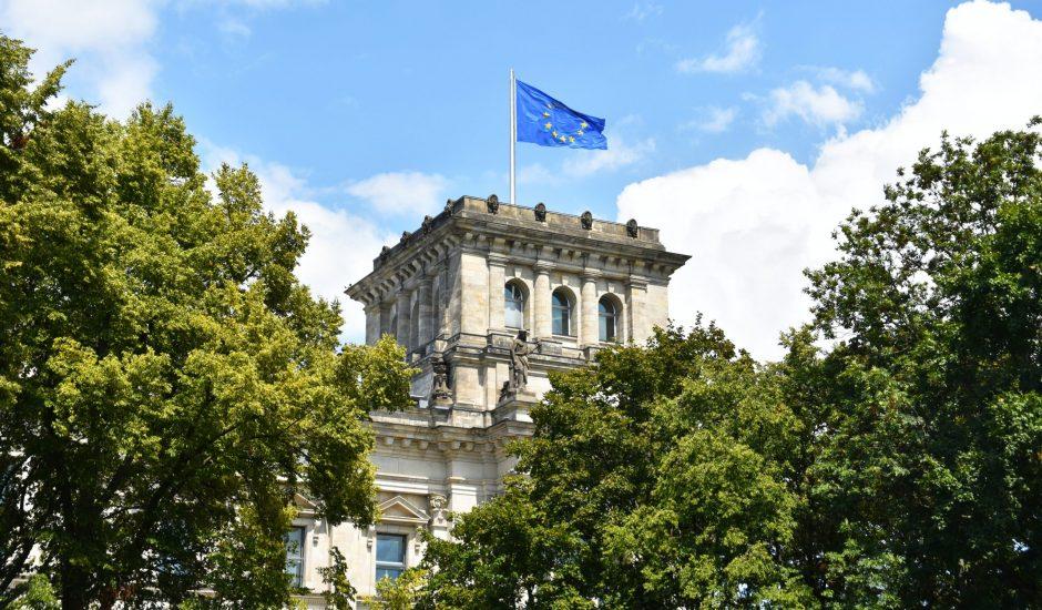 Le drapeau européen flottant au dessus du Reichstag en Allemagne