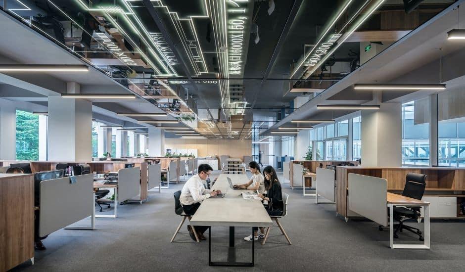 un open office avec des salariés