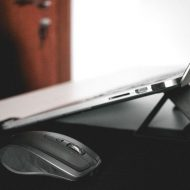 un macbook et une sourie