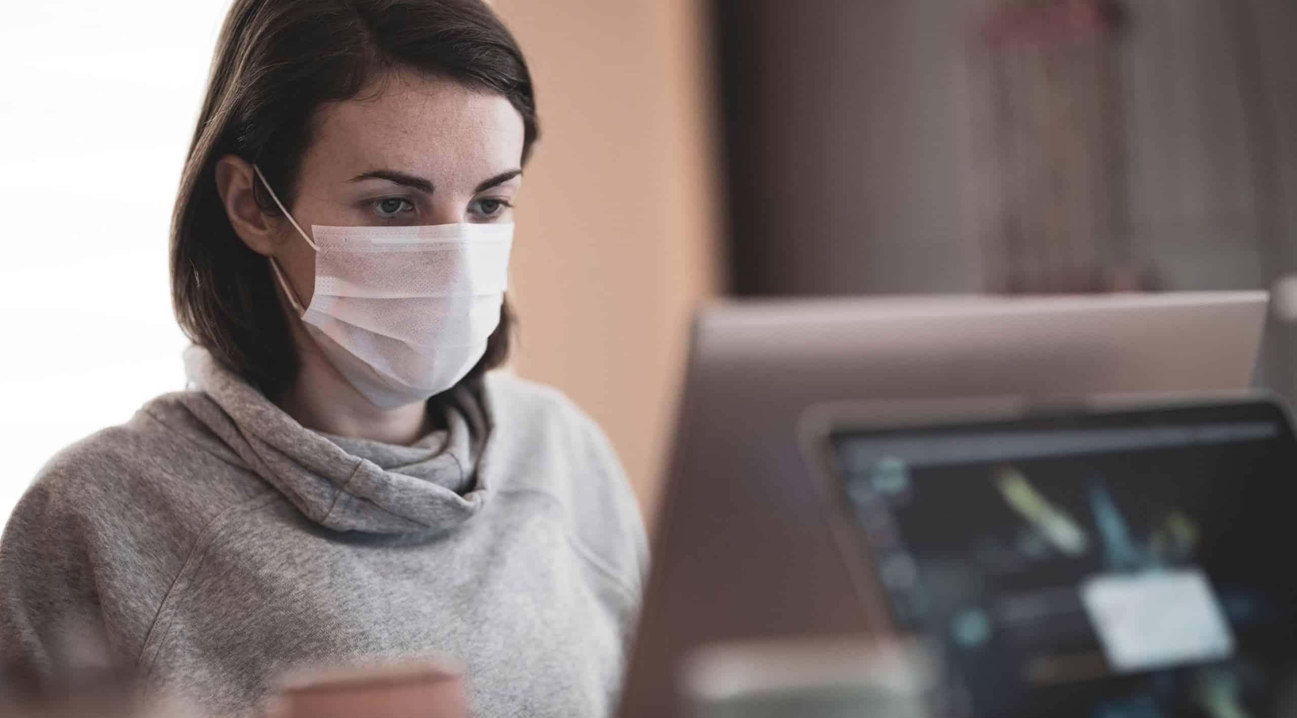 une employée portant un masque au travail