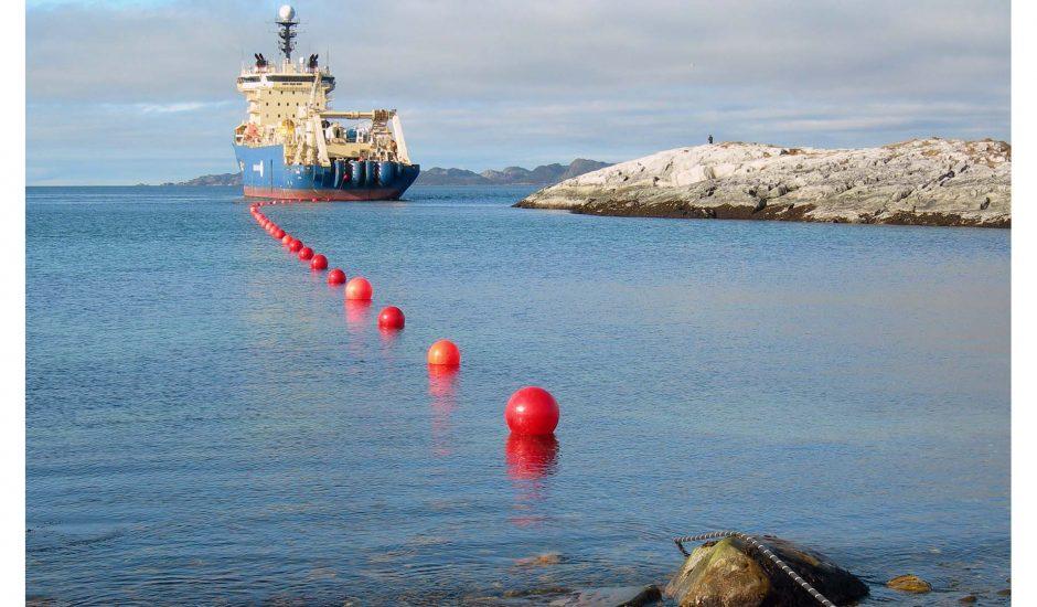 Photographie d'un bateau servant à installer des cables internet sous marins.