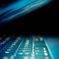 Un écran d'ordinateur dans la pénombre